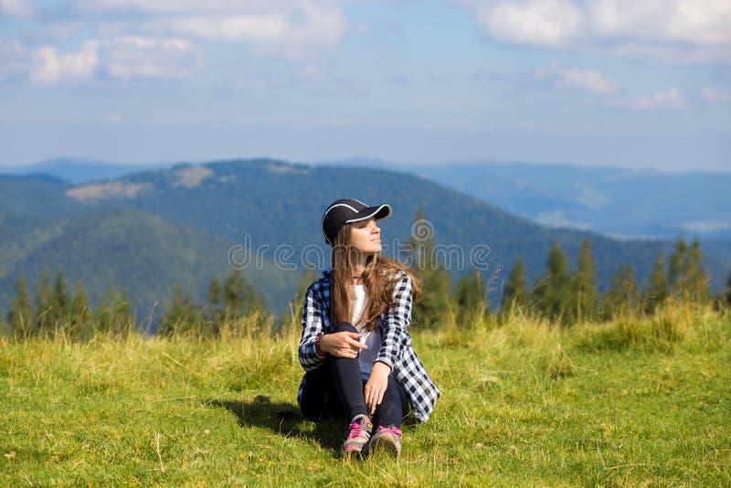 Succesvolle vrouw in GLB bovenop heuvel royalty-vrije stock afbeeldingen