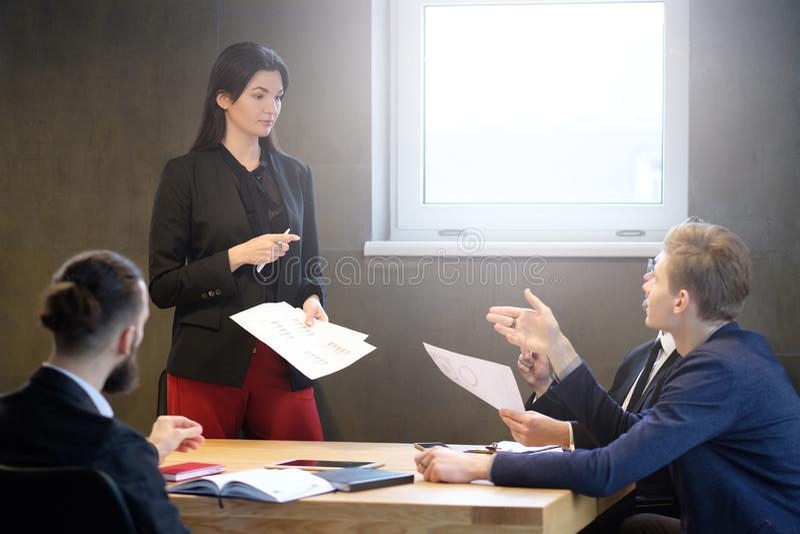 Succesvolle vrouwelijke bedrijfsleiders zekere vrouw stock foto