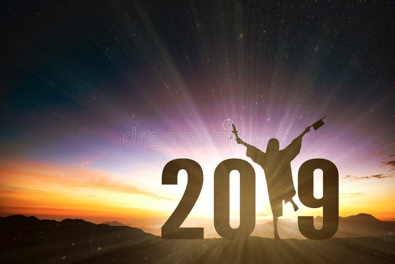 Succesvolle vrouwelijke graduatie met het jaarconcept van 2019 stock afbeeldingen