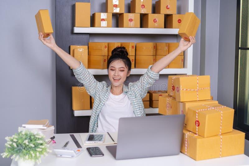 Succesvolle vrouwenondernemer met pakketdozen in haar eigen baan s royalty-vrije stock afbeelding