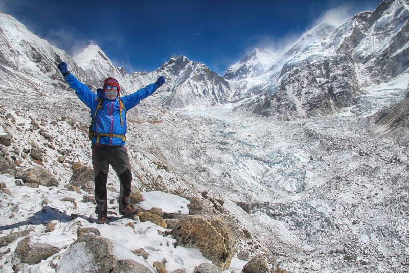 Succesvolle wandelaar in Himalayagebergte royalty-vrije stock fotografie