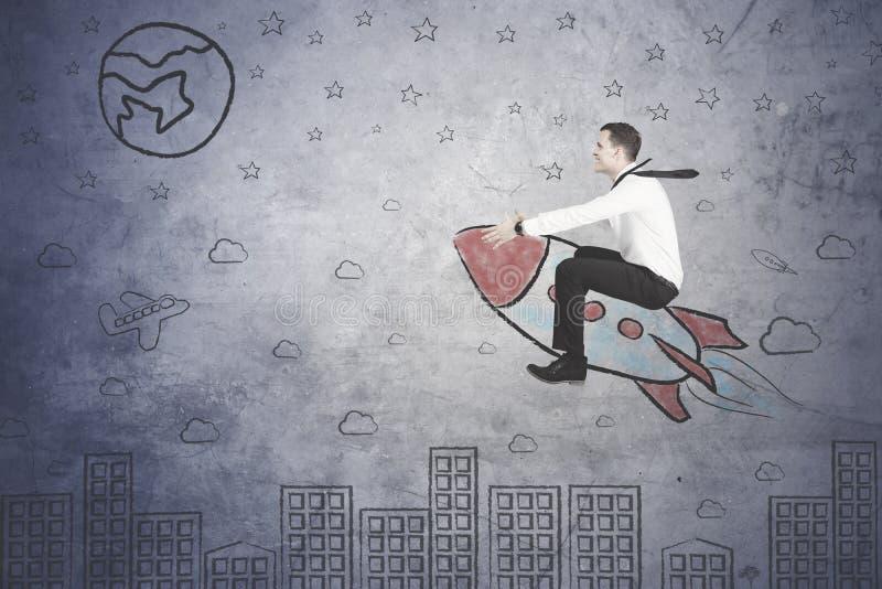 Succesvolle zakenman die met een raket vliegen royalty-vrije stock foto