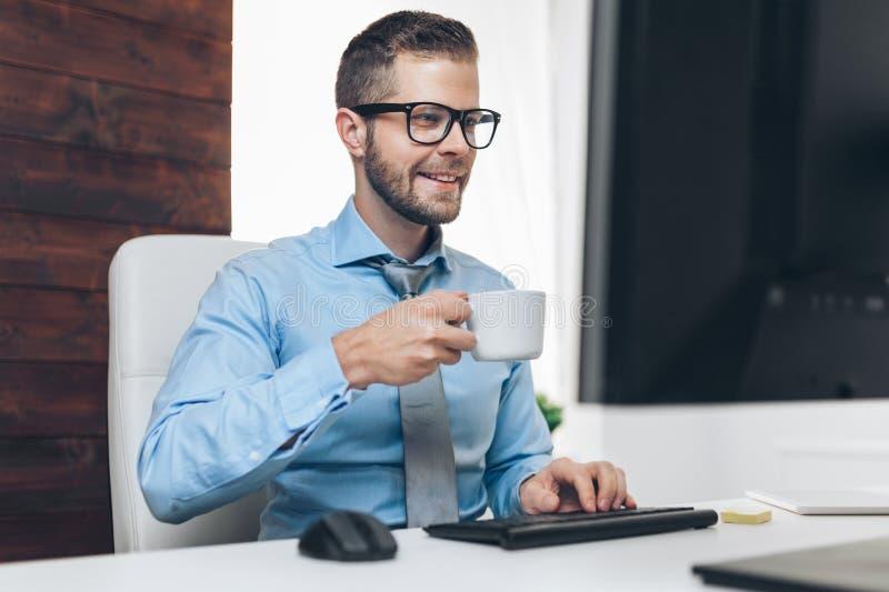 Succesvolle zakenman die in zijn bureau werken royalty-vrije stock foto