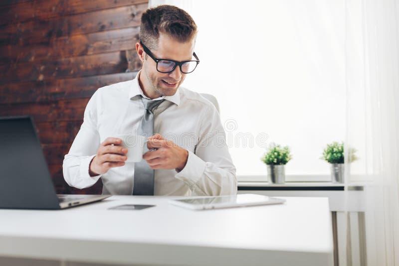 Succesvolle zakenman die in zijn bureau werken stock foto