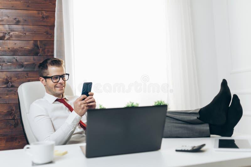 Succesvolle zakenman die in zijn bureau werken stock fotografie