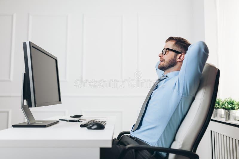 Succesvolle zakenman die in zijn bureau werken stock afbeeldingen