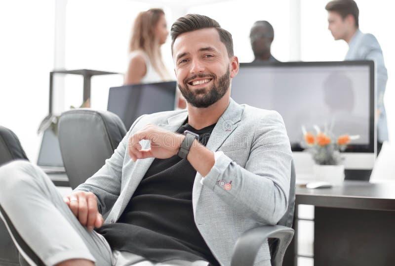 Succesvolle zakenman in een creatief bureau stock foto