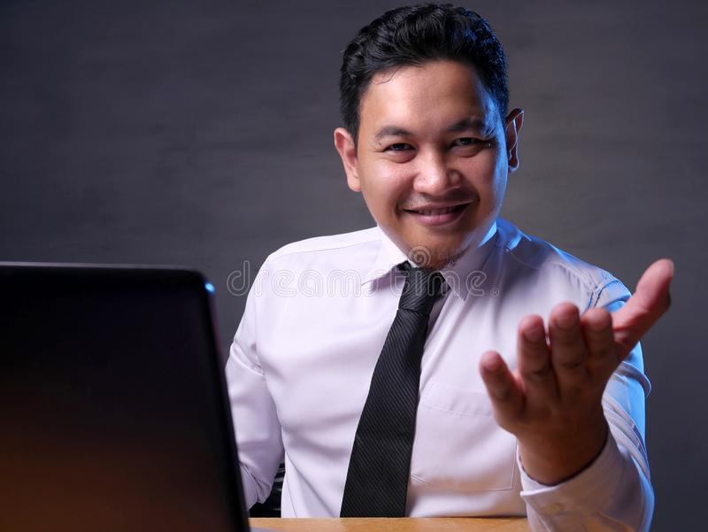 Succesvolle Zakenman Make Offering Gesture stock foto