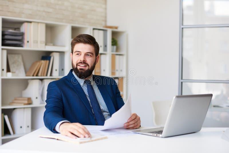 Succesvolle Zakenman in Modern Bureau stock afbeelding