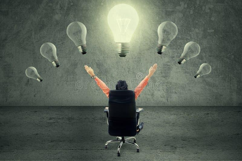 Succesvolle zakenman onder lightbulb stock foto's