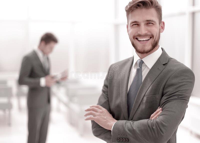 Succesvolle zakenman op de achtergrond van het bureau stock afbeelding