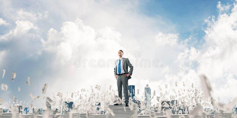 Succesvolle zekere zakenman in kostuum stock fotografie