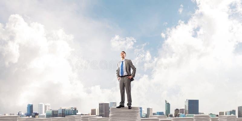 Succesvolle zekere zakenman in kostuum stock afbeelding