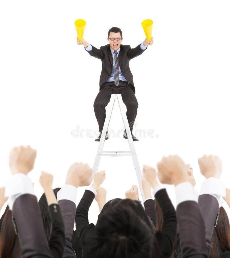 Succeszakenman die toejuichingmegafoon het vieren met team gebruiken stock afbeelding
