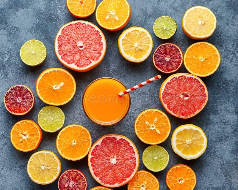 Succo con gli agrumi, pompelmo, arancio su fondo blu Vista superiore, fuoco selettivo Disintossicazione, essendo a dieta, cibo pu fotografia stock libera da diritti