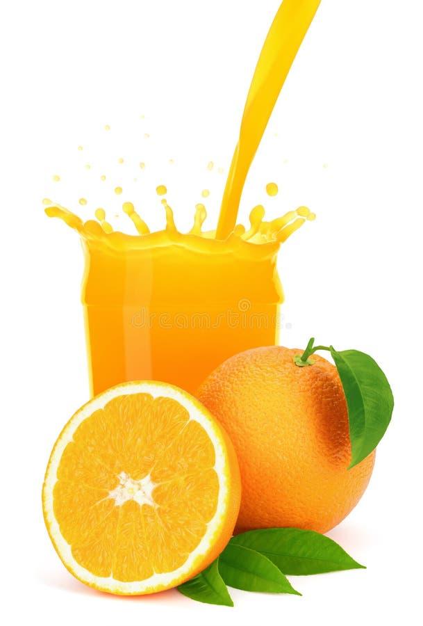 Succo d'arancia che versa in un vetro con spruzzata. fotografia stock libera da diritti