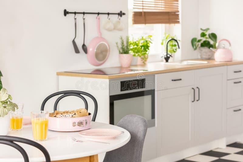 Stanza arancio luminosa moderna della cucina immagine for Stanza da pranzo moderna