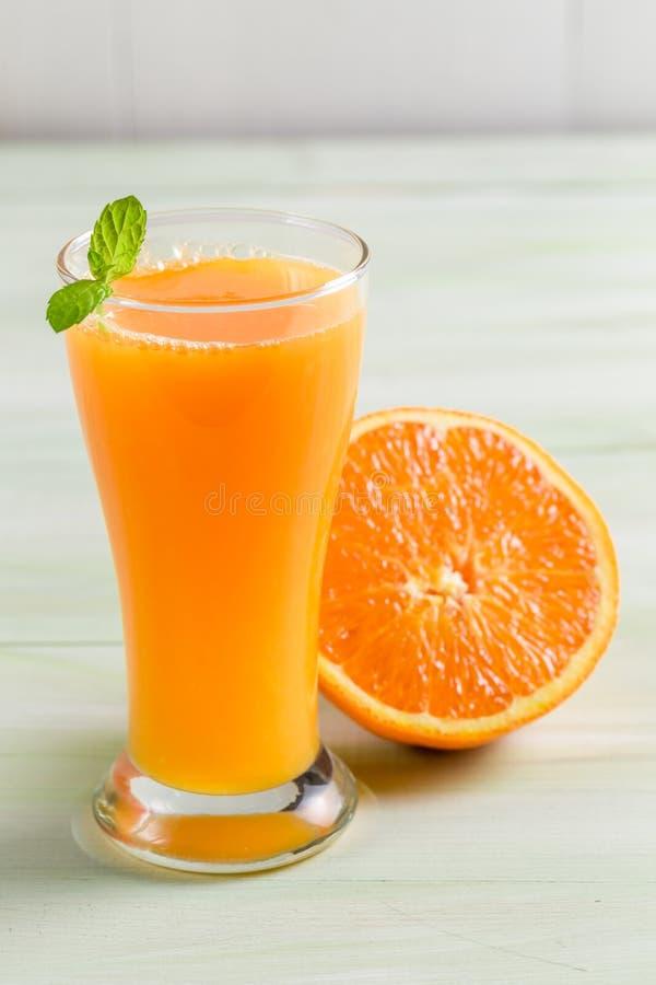 Succo d'arancia fatto della frutta fresca fotografia stock libera da diritti
