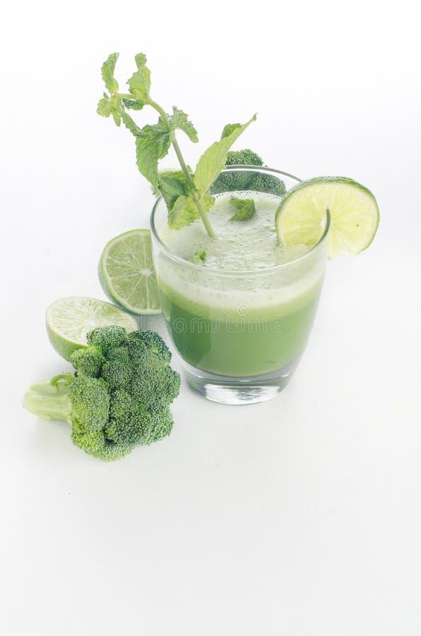 Succo dei broccoli, del cucmber, della calce e della menta immagine stock