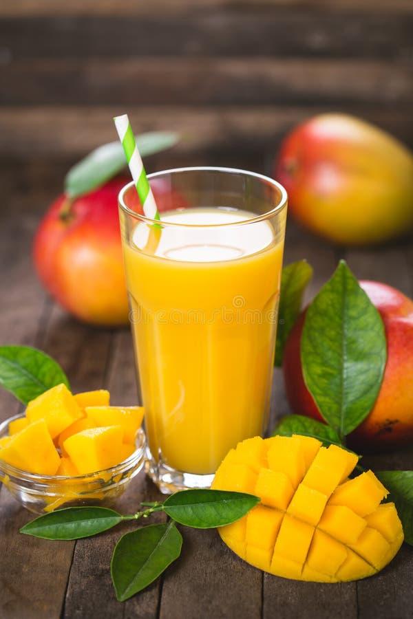 Succo del mango nel vetro immagini stock libere da diritti