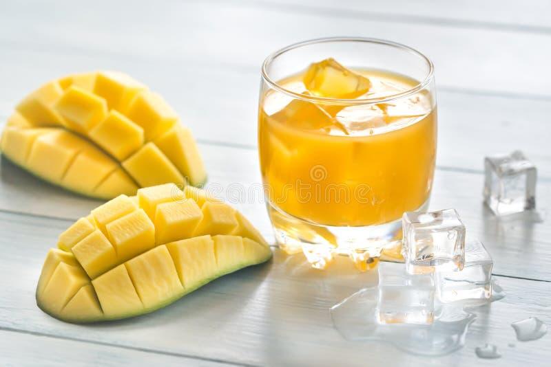 Succo del mango sulla tavola di legno immagine stock libera da diritti