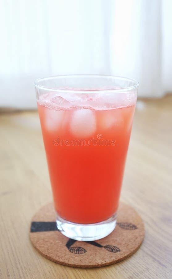 Succo dell'anguria con ghiaccio fotografia stock