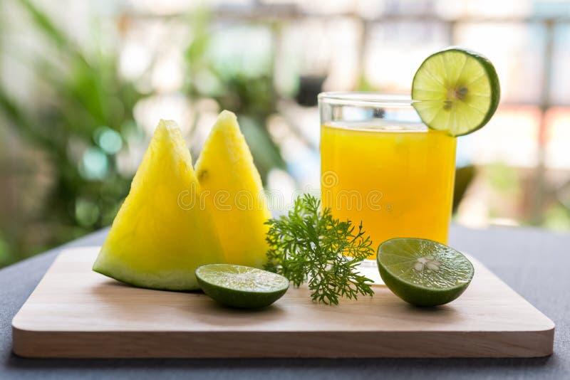 Succo dell'anguria con polpa gialla con calce fotografia stock