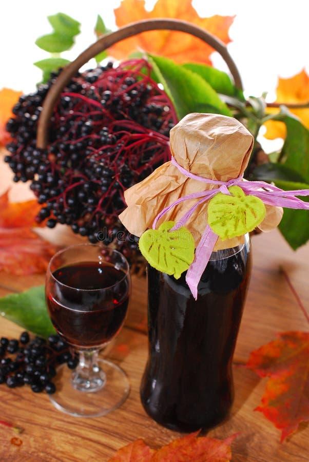 Succo della bacca di sambuco e frutta fresca nel canestro immagine stock