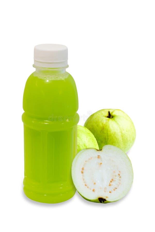 Succo della guaiava in bottiglia di plastica con frutta isolata su bianco immagine stock libera da diritti