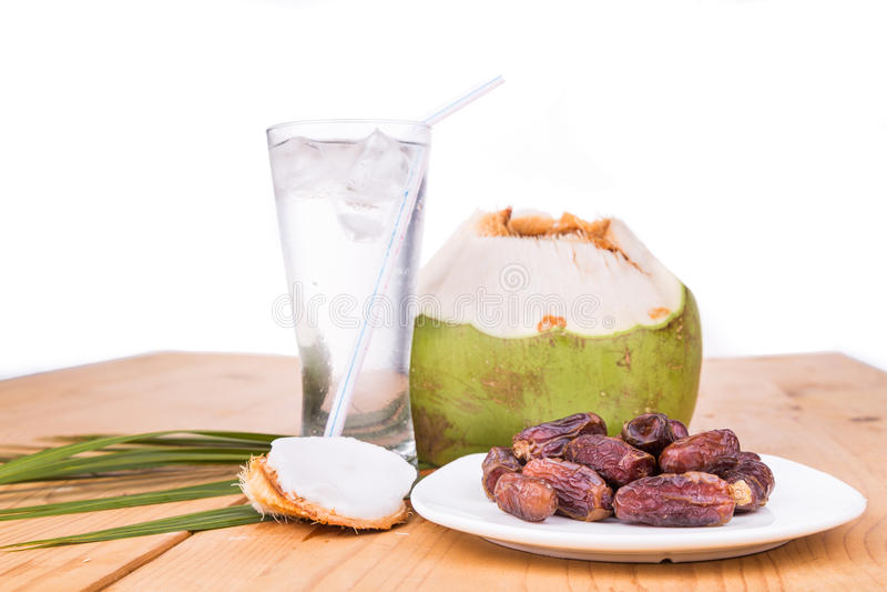 Succo della noce di cocco, alimenti a rapida preparazione della rottura iftar semplice delle date durante il Ramadan immagine stock