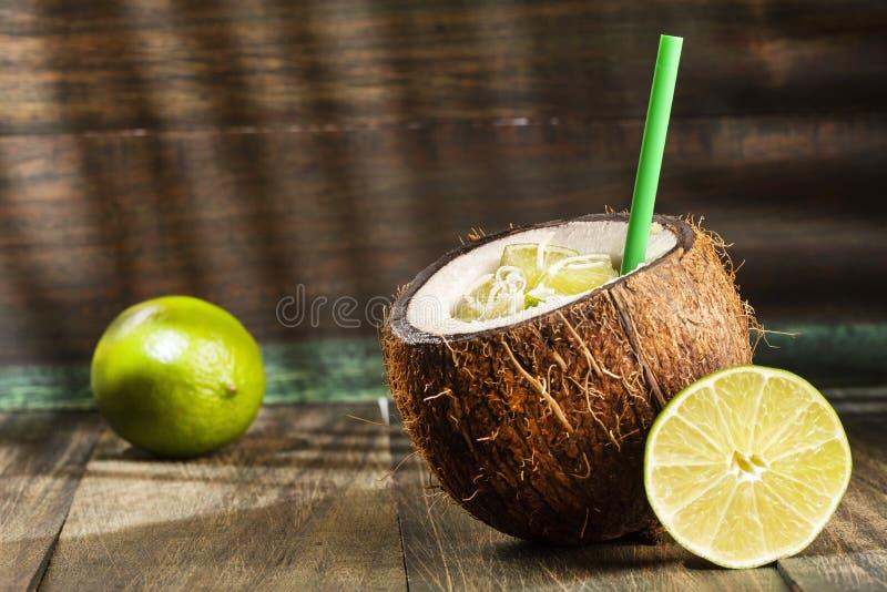 Succo della noce di cocco con il limone - cocos nucifera immagini stock libere da diritti