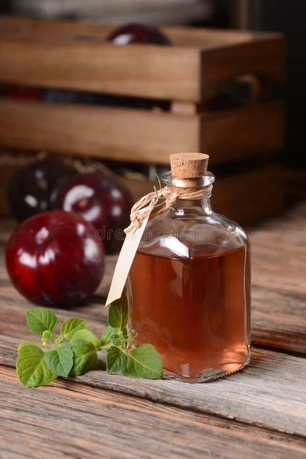Succo della prugna in piccola bottiglia fotografia stock