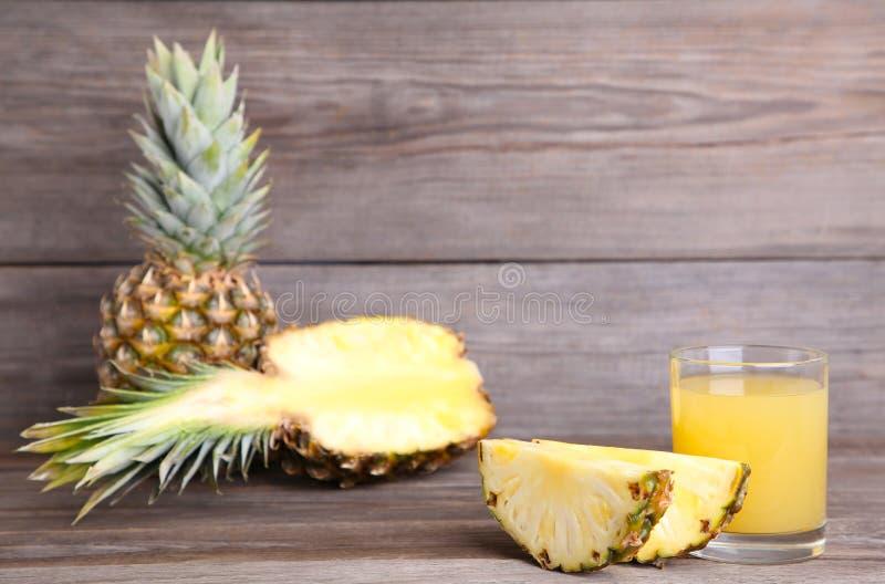 Succo di ananas fresco nel vetro con le fette fotografia stock