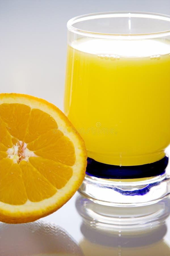 Succo di arancia ed arancio. fotografia stock