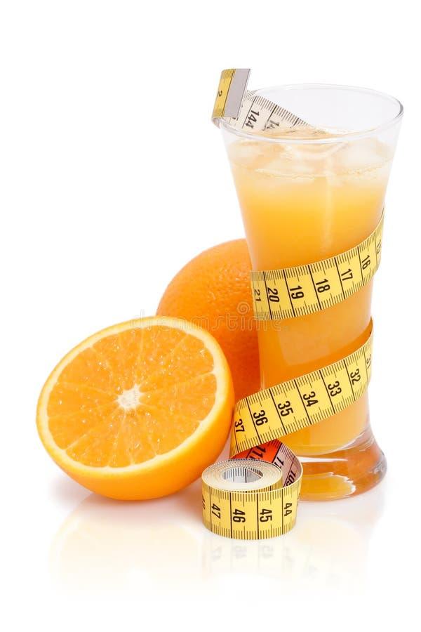 Succo di arancia fresco con nastro adesivo di misurazione immagine stock