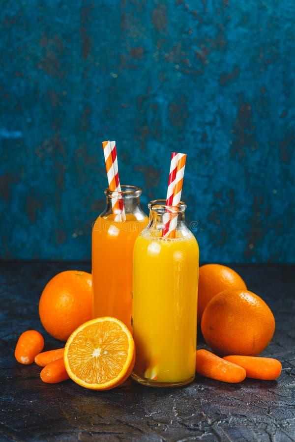 Succo di carota e dell'arancia fotografia stock libera da diritti