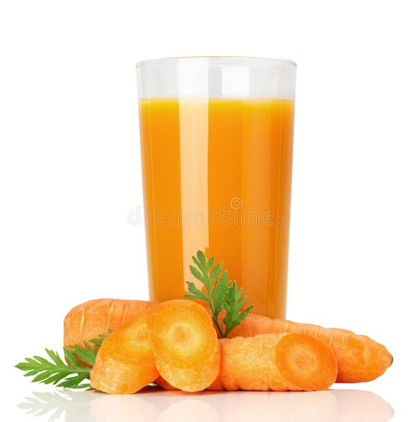 Succo di carota fresco isolato sui precedenti bianchi immagine stock