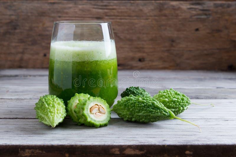 Succo di erbe del momodica verde, mela di balsamo, pera di balsamo, bitta immagini stock