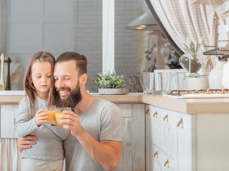Succo di frutta organico di stile di vita della famiglia del vegano fotografie stock libere da diritti