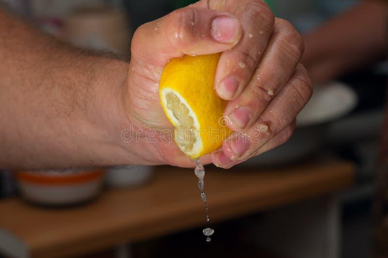 Succo di limone di compressione a disposizione fotografie stock libere da diritti