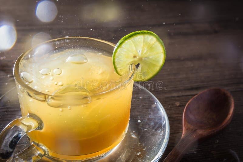 Succo di limone e del miele in di cristallo immagine stock libera da diritti