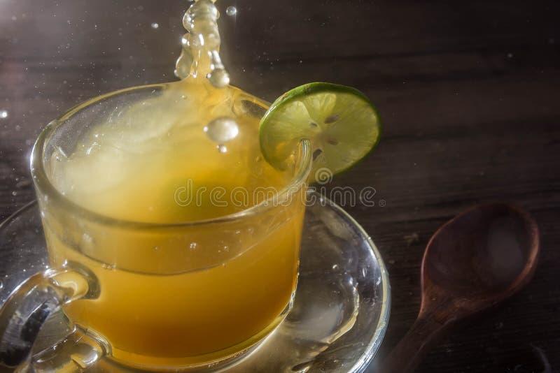 Succo di limone e del miele in di cristallo immagini stock libere da diritti