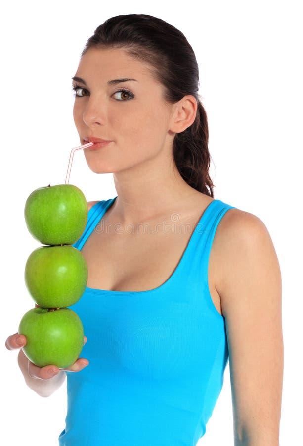 Succo di mele bevente della giovane donna fotografia stock libera da diritti