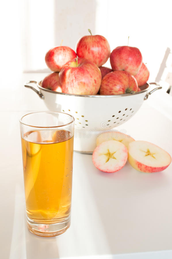 Succo di mele in mele di vetro e fresche fotografie stock libere da diritti
