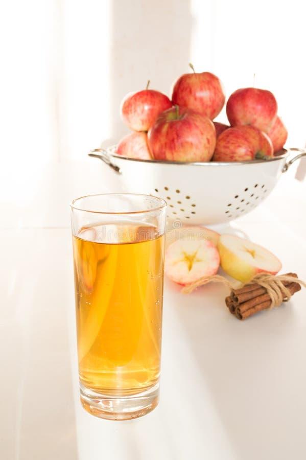 Succo di mele in mele di vetro e fresche fotografie stock
