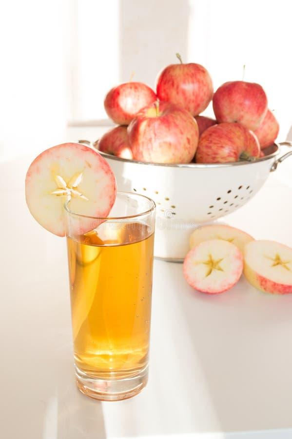 Succo di mele in mele di vetro e fresche immagini stock