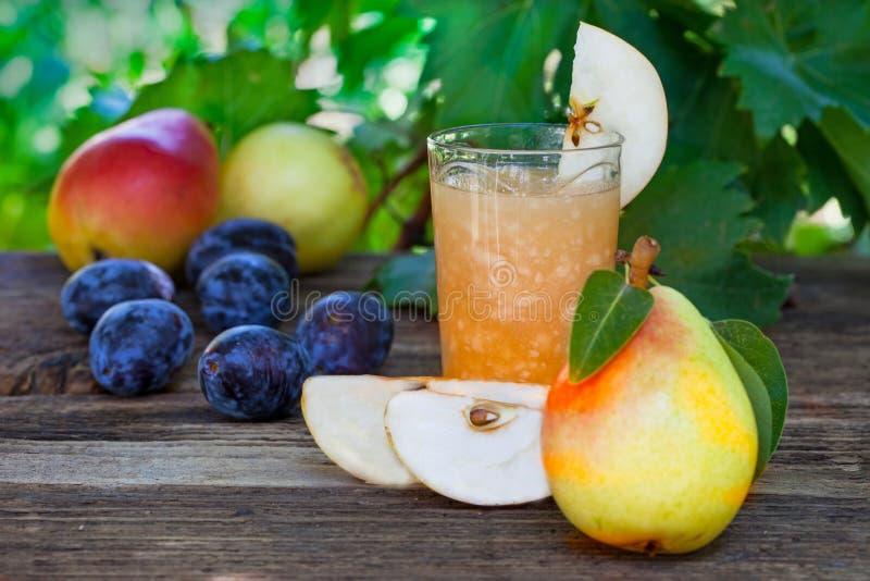 Succo di pera con la frutta fresca fotografie stock