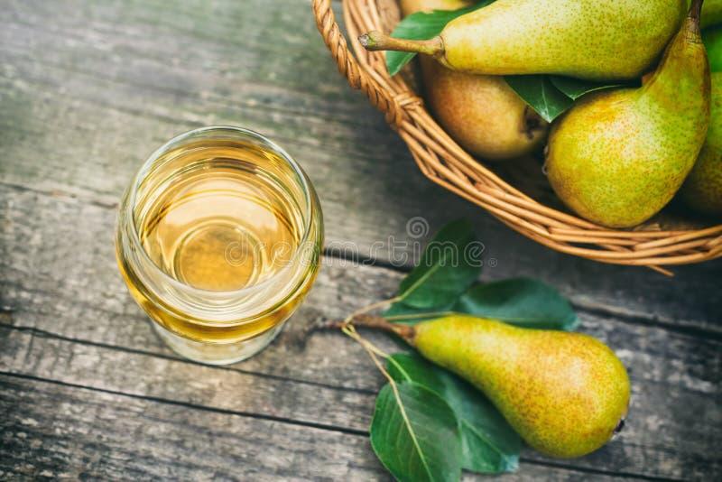 Succo di pera e pere sulla tavola fotografie stock libere da diritti