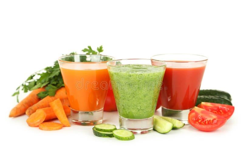 Succo di pomodoro fresco, della carota e del cetriolo isolato su bianco fotografia stock