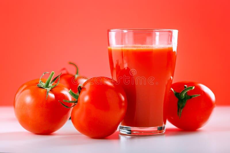Succo di pomodoro fresco sulla tavola bianca Bevanda sana, alimento fotografie stock